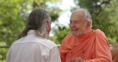 Swami Kriyananda talking with a member of Ananda